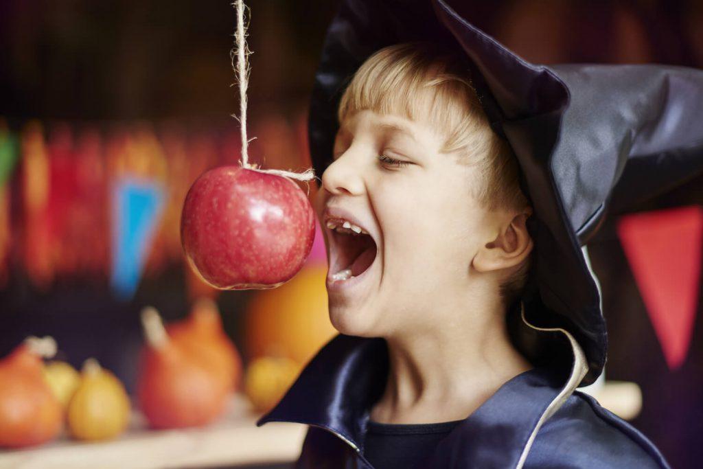 zabawy urodzinowe dla dzieci w domu - łowienie jabłek